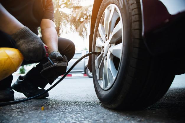 calibrar os pneus incorretamente